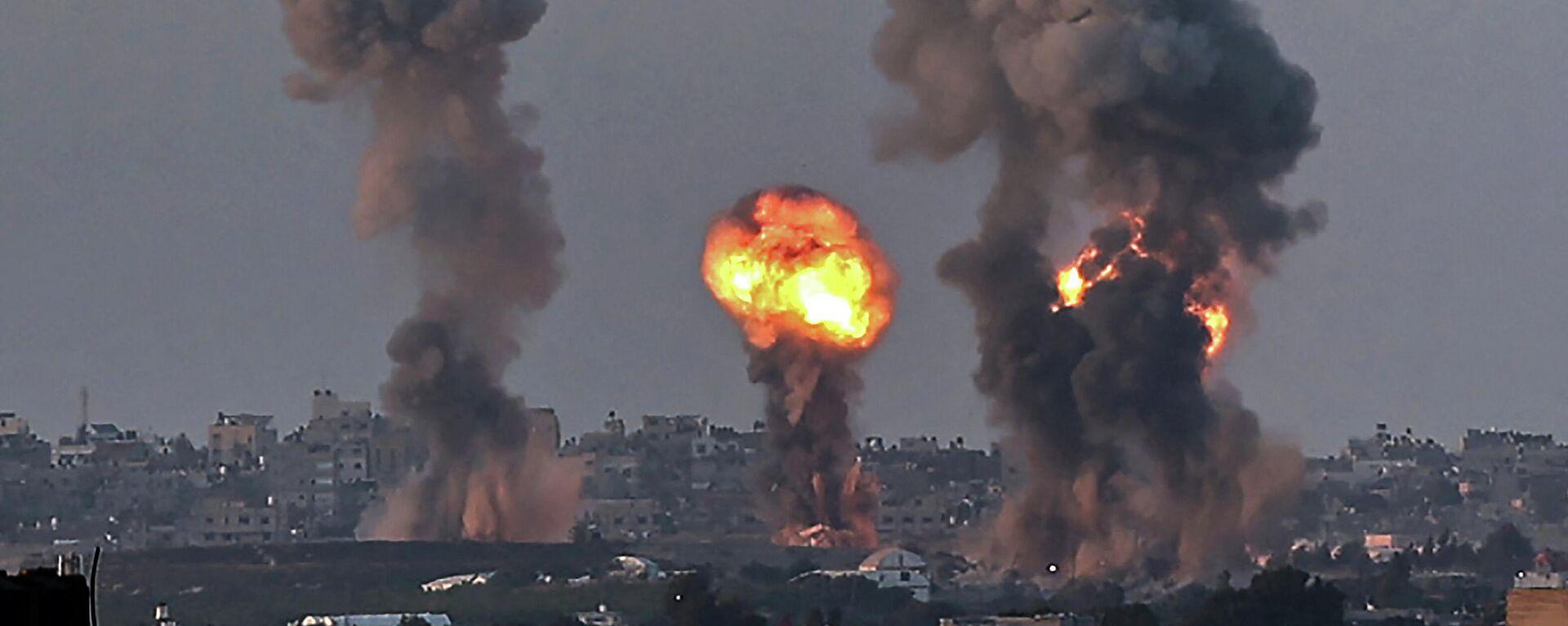 Humo y fuego en la Franja de Gaza tras un ataque de Israel - Sputnik Mundo, 1920, 12.05.2021