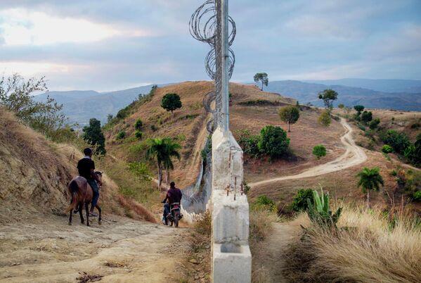 La foto, tomada el 5 de marzo de 2021, muestra una valla en la frontera entre Haití y República Dominicana, instalada como una de las medidas para evitar la inmigración ilegal de haitianos en situación de extrema pobreza, así como el tráfico de drogas y el transporte de vehículos robados, según anunciaron las autoridades dominicanas.   - Sputnik Mundo