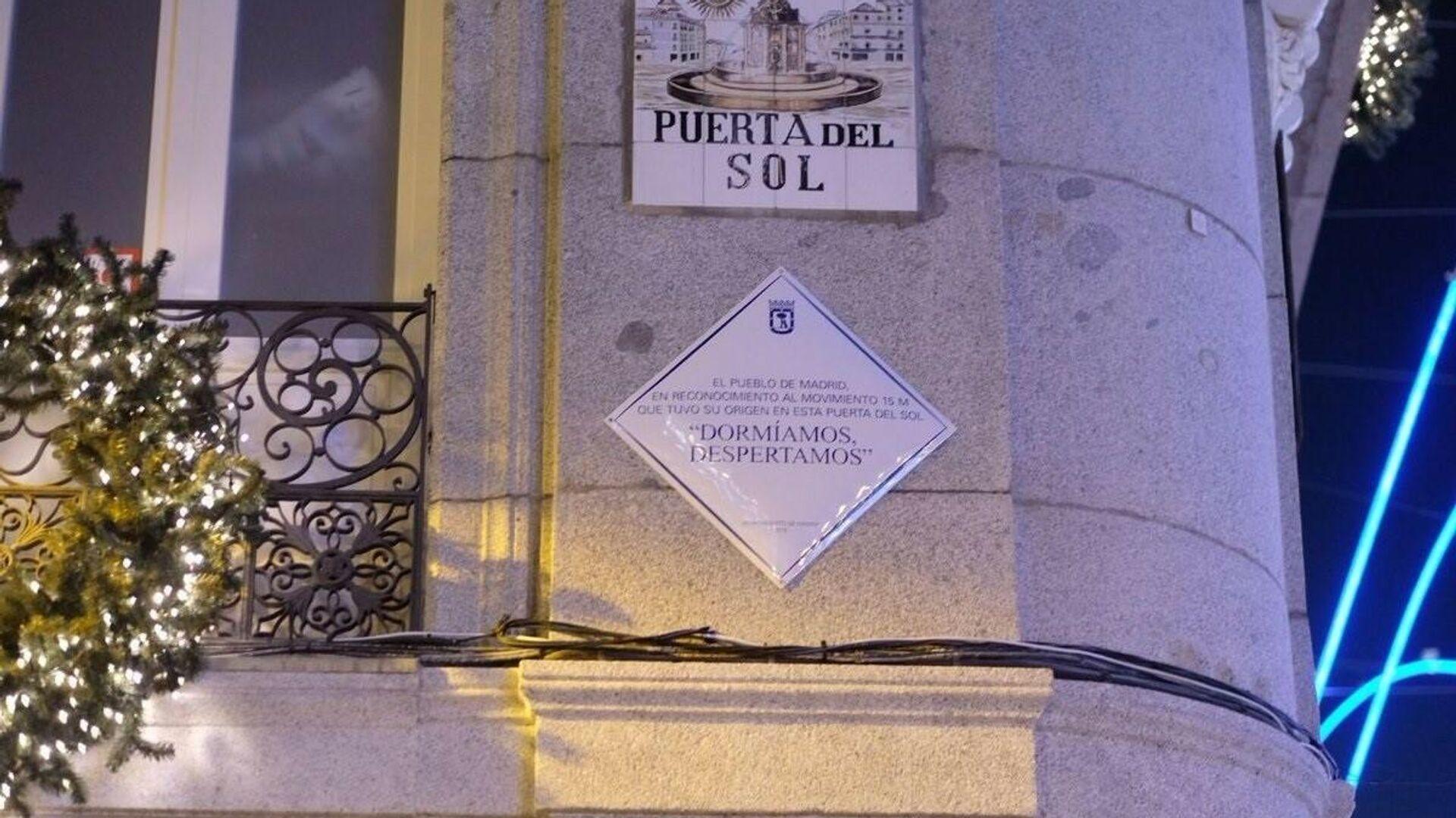 Placa en la Puerta del Sol de Madrid instalada en conmemoración al Movimiento 15-M - Sputnik Mundo, 1920, 12.05.2021
