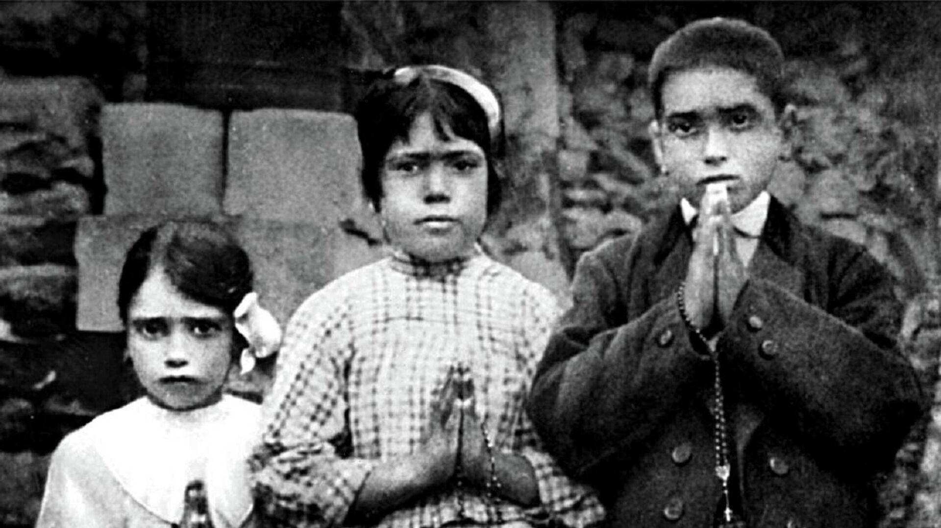 Los pastorcitos Lucía Dos Santos, Jacinta Marto y Francisco Marto en 1917 - Sputnik Mundo, 1920, 13.05.2021