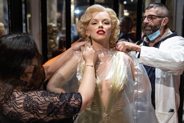 Unos empleados preparan la figura de cera de Marilyn Monroe para la apertura del Museo de cera Grévin de París tras la cuarentena.   - Sputnik Mundo