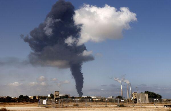 El incendio de un oleoducto israelí en la ciudad de Ascalón, provocado por un cohete desde Gaza.  - Sputnik Mundo