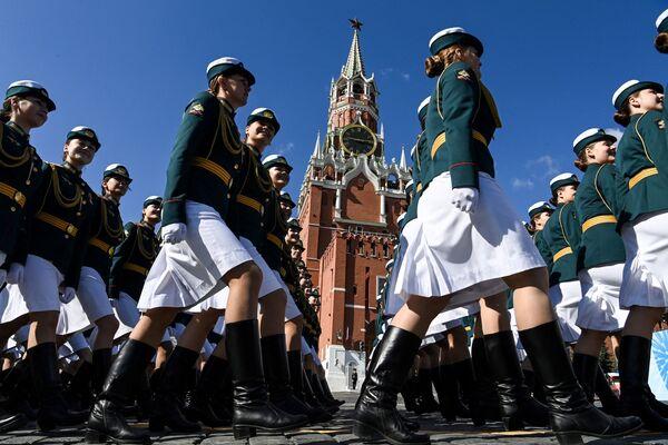 Las mujeres militares rusas desfilan en la Plaza Roja de Moscú para celebrar la victoria del Ejército Rojo sobre Berlín durante la II Guerra Mundial. - Sputnik Mundo
