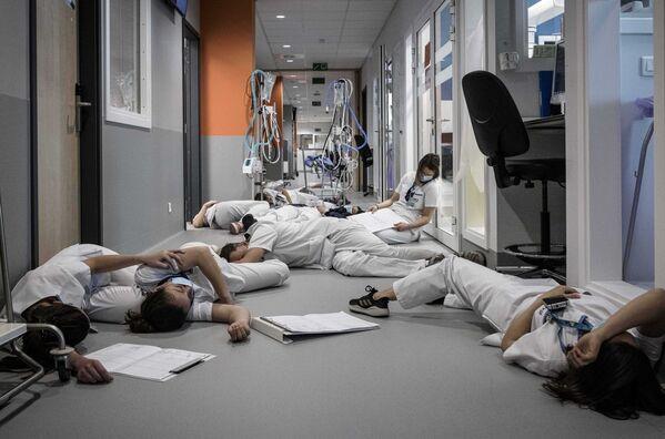 El personal de la unidad de cuidados intensivos (UCI) del hospital Mont Legia conmemora el Día Internacional de la Enfermera en Bélgica.  - Sputnik Mundo