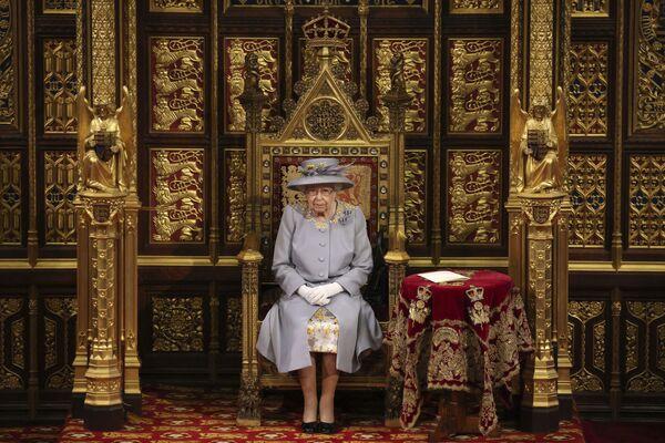La monarca británica Isabel II ofrece su tradicional discurso en la inauguración de una nueva sesión parlamentaria en el Palacio de Westminster, en Londres. - Sputnik Mundo