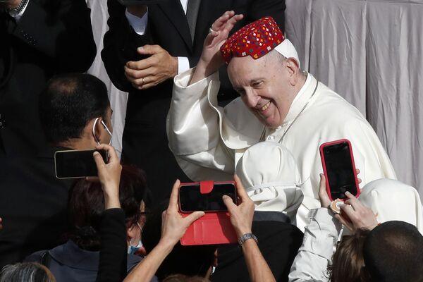 El papa Francisco durante la Audiencia General en el patio de San Dámaso en el Vaticano.  - Sputnik Mundo