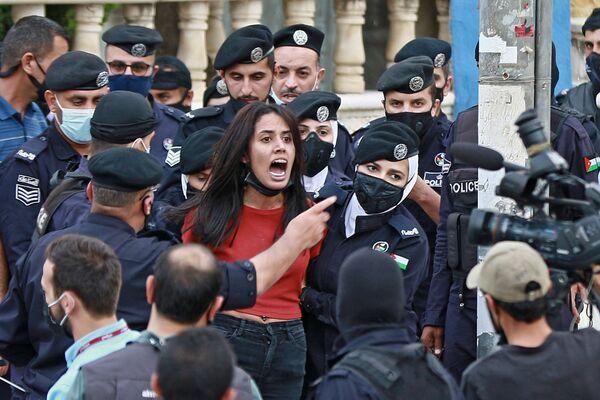 Los agentes de la Policía detienen a una participante de la concentración en solidaridad con el pueblo de Palestina ante la Embajada israelí en Ammán (Jordania). - Sputnik Mundo