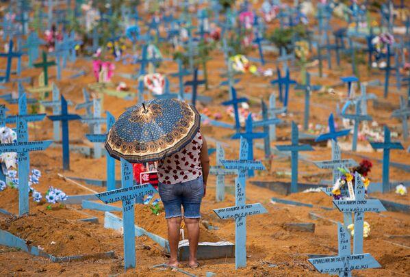 Una mujer visita el cementerio de Nossa Senhora Aparecida de Manaos en el Día de la Madre en Brasil.  - Sputnik Mundo