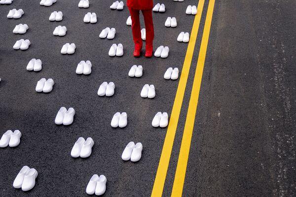 Los estadounidenses se congregan frente a la Casa Blanca para recordar a las 402 enfermeras fallecidas por COVID-19 en Washington (EEUU).  - Sputnik Mundo