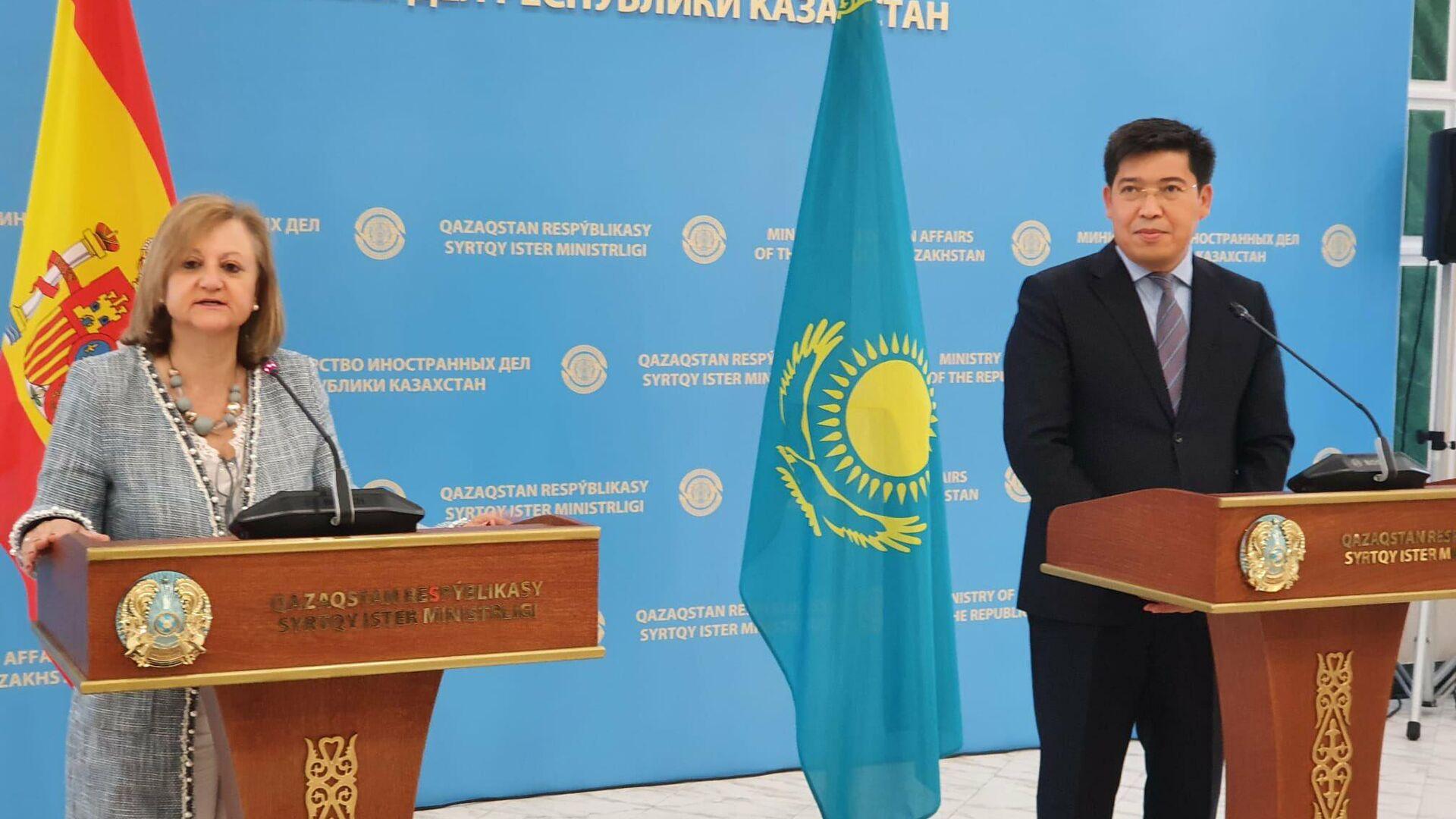 Cristina Gallach, la Secretaria de Estado de Asuntos Exteriores de España, con el viceministro de Exteriores kazajo, Yerlan Alimbayev - Sputnik Mundo, 1920, 14.05.2021