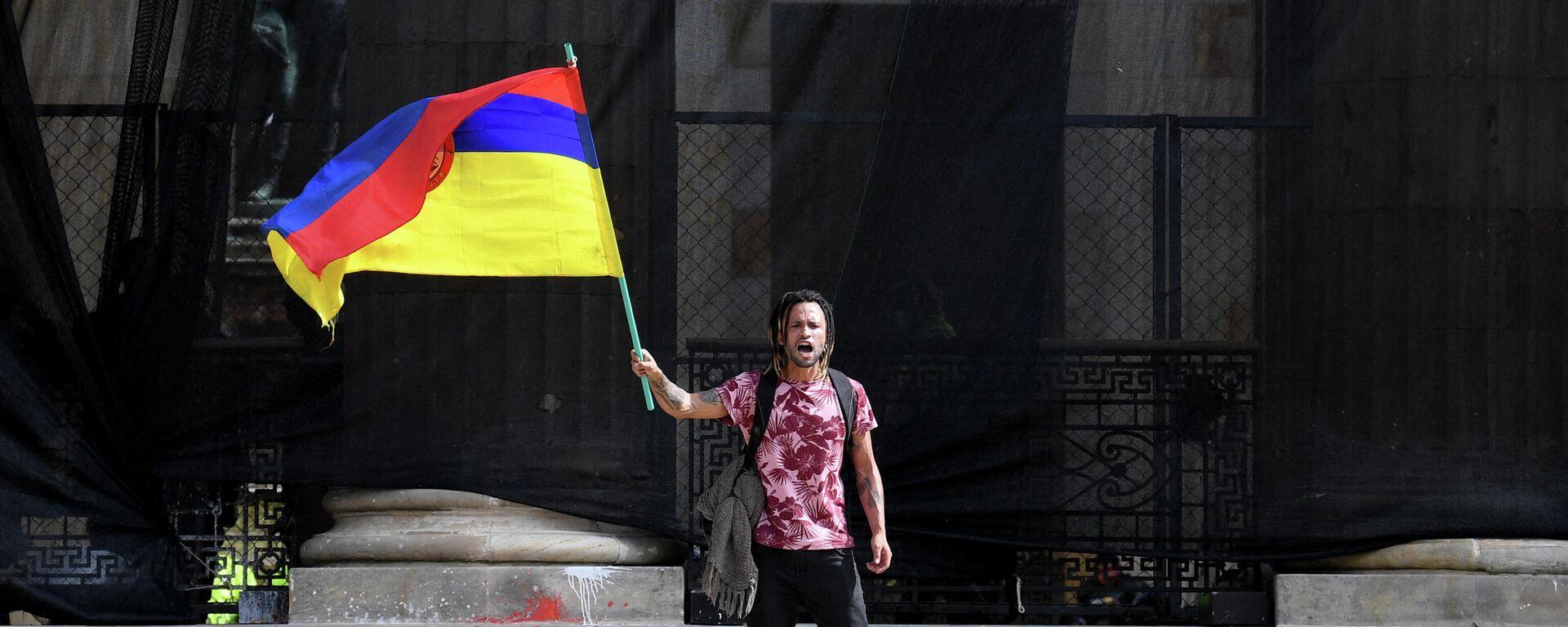 Un hombre con la bandera de Colombia del revés - Sputnik Mundo, 1920, 15.05.2021