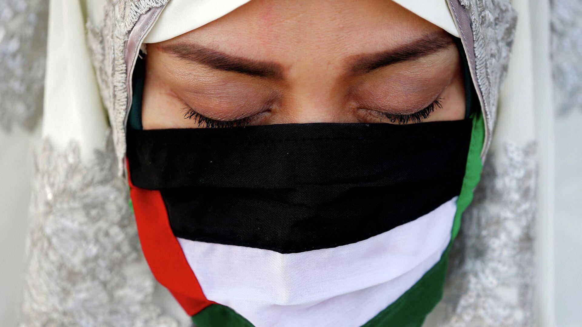 Una mascarilla con los colores de la bandera de Palestina - Sputnik Mundo, 1920, 15.05.2021
