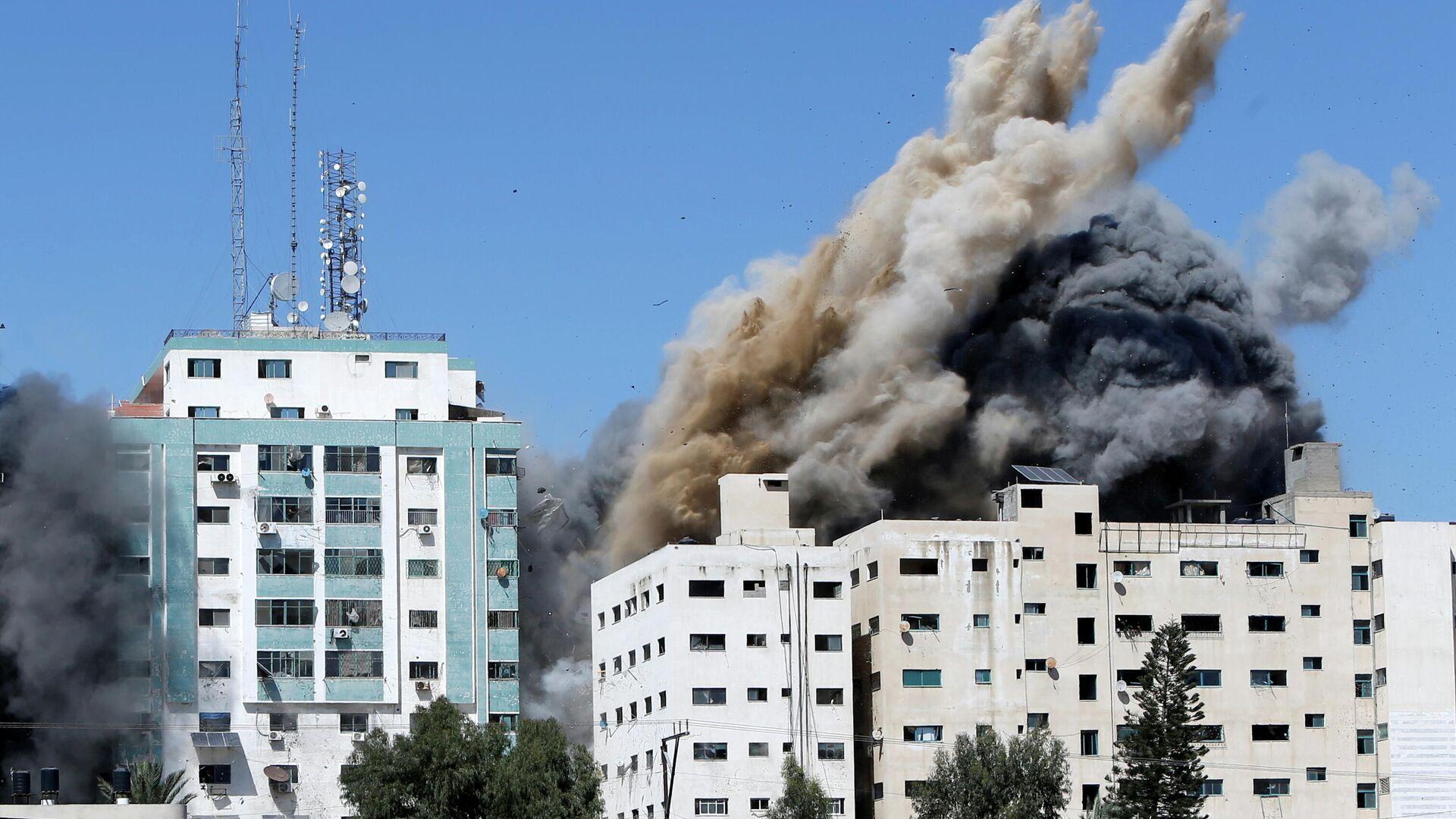 Las oficinas de AP y Al Jazeera se derrumban tras los ataques de misiles israelíes en la ciudad de Gaza, el 15 de mayo de 2021 - Sputnik Mundo, 1920, 16.05.2021