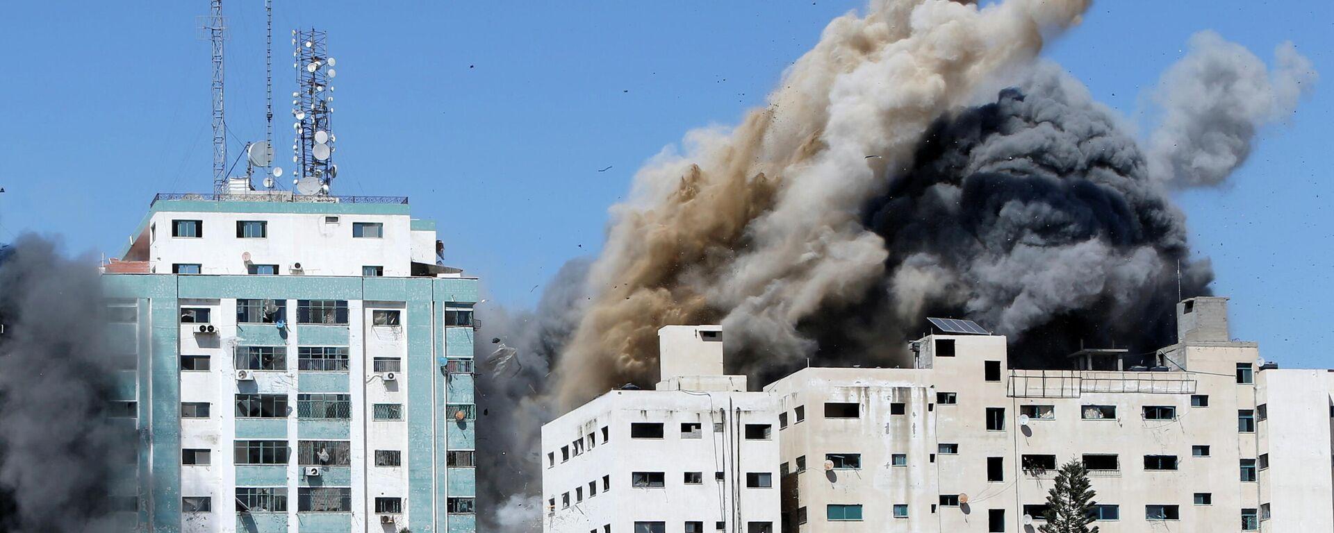 Las oficinas de AP y Al Jazeera se derrumban tras los ataques de misiles israelíes en la ciudad de Gaza, el 15 de mayo de 2021 - Sputnik Mundo, 1920, 15.05.2021
