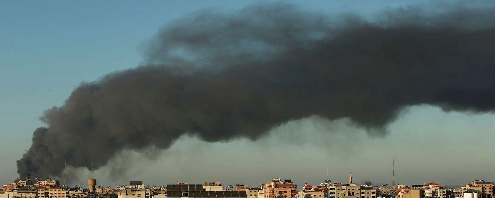 El humo se eleva en medio de un estallido de violencia israelí-palestina, en Gaza, el 15 de mayo de 2021 - Sputnik Mundo, 1920, 21.05.2021