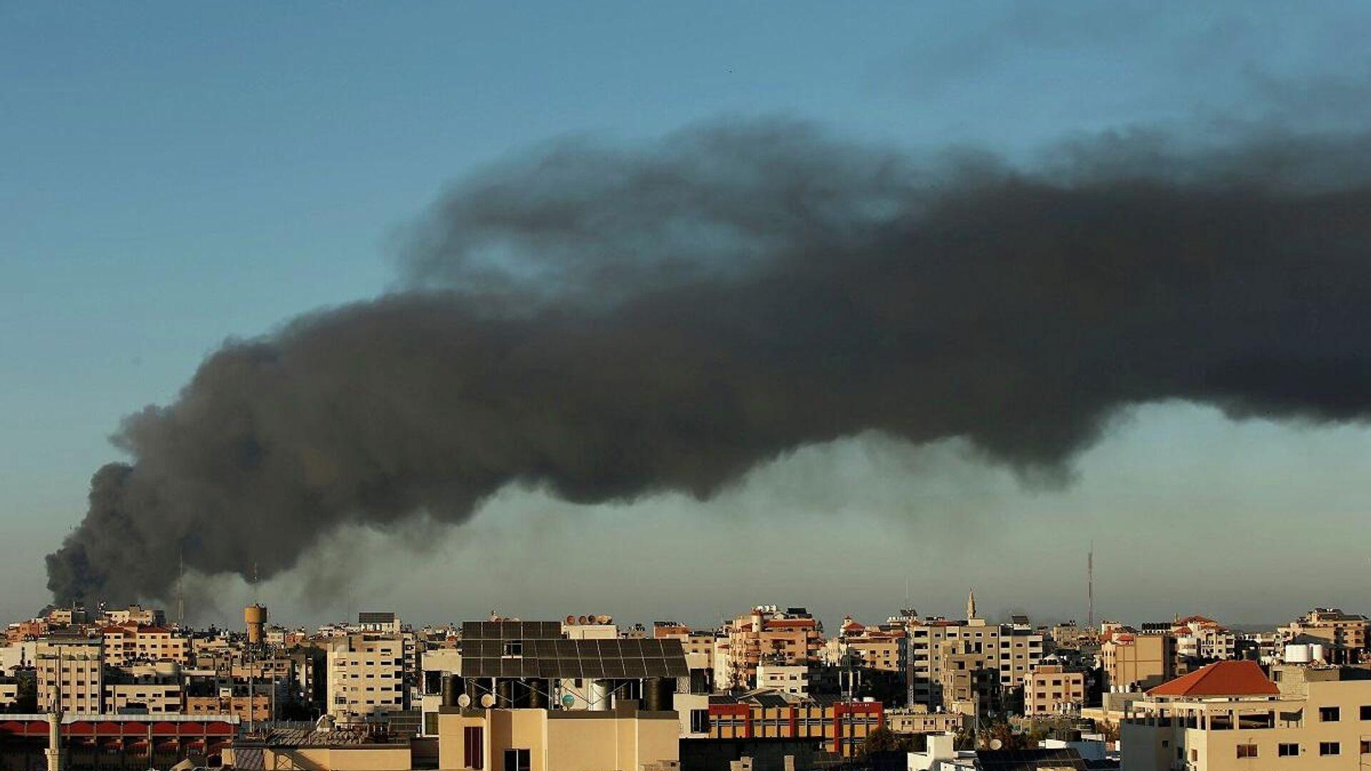 El humo se eleva en medio de un estallido de violencia israelí-palestina, en Gaza, el 15 de mayo de 2021 - Sputnik Mundo, 1920, 15.05.2021