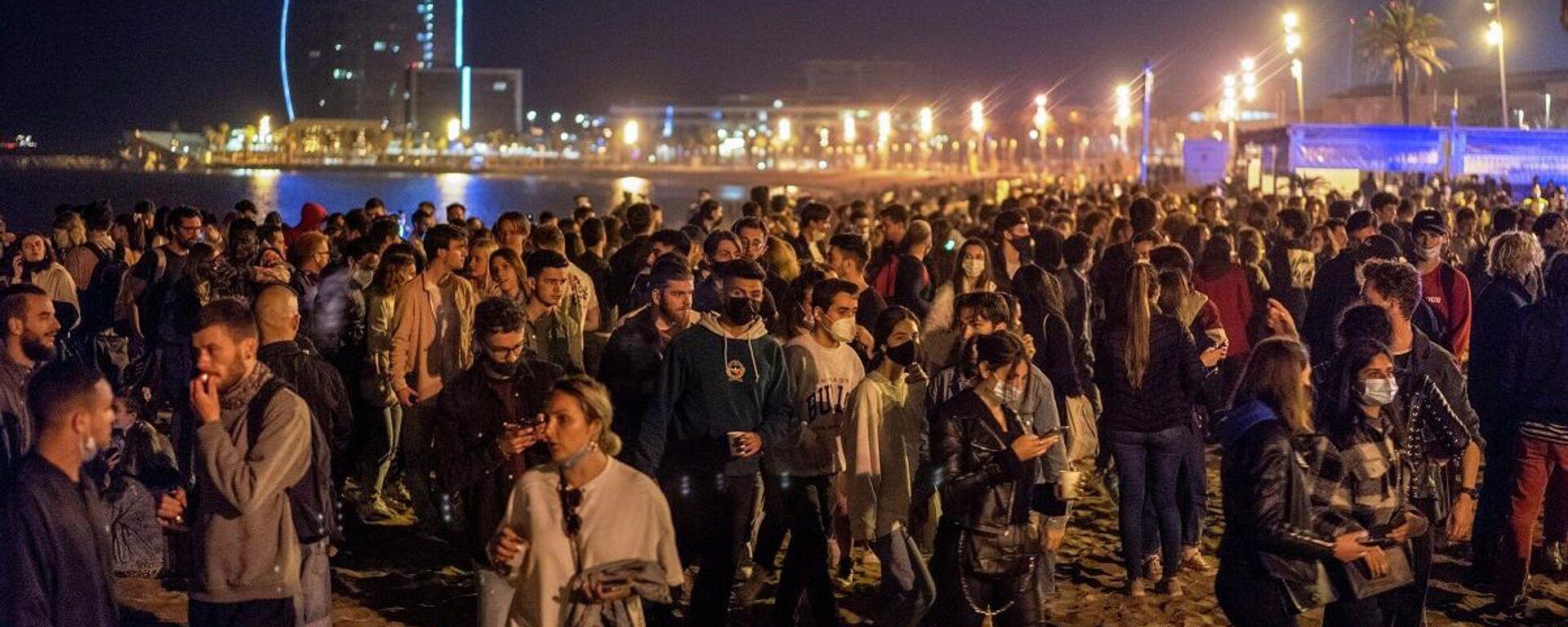La gente concurrió a una playa de Barcelona una vez terminado el estado de alarma, España, el 9 de mayo de 2021  - Sputnik Mundo, 1920, 16.05.2021