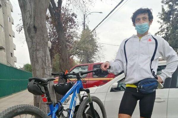 En bicicleta y scooter. Los chilenos eligen medios alternativos al auto para ir a votar a la mega elección   - Sputnik Mundo