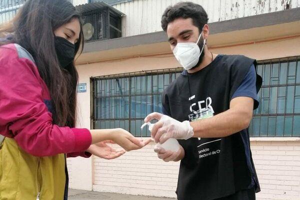El protocolo de sanitización es estricto en los locales de votación en Chile. Mascarilla, alcohol gel y distanciamiento social para prevenir el COVID-19    - Sputnik Mundo
