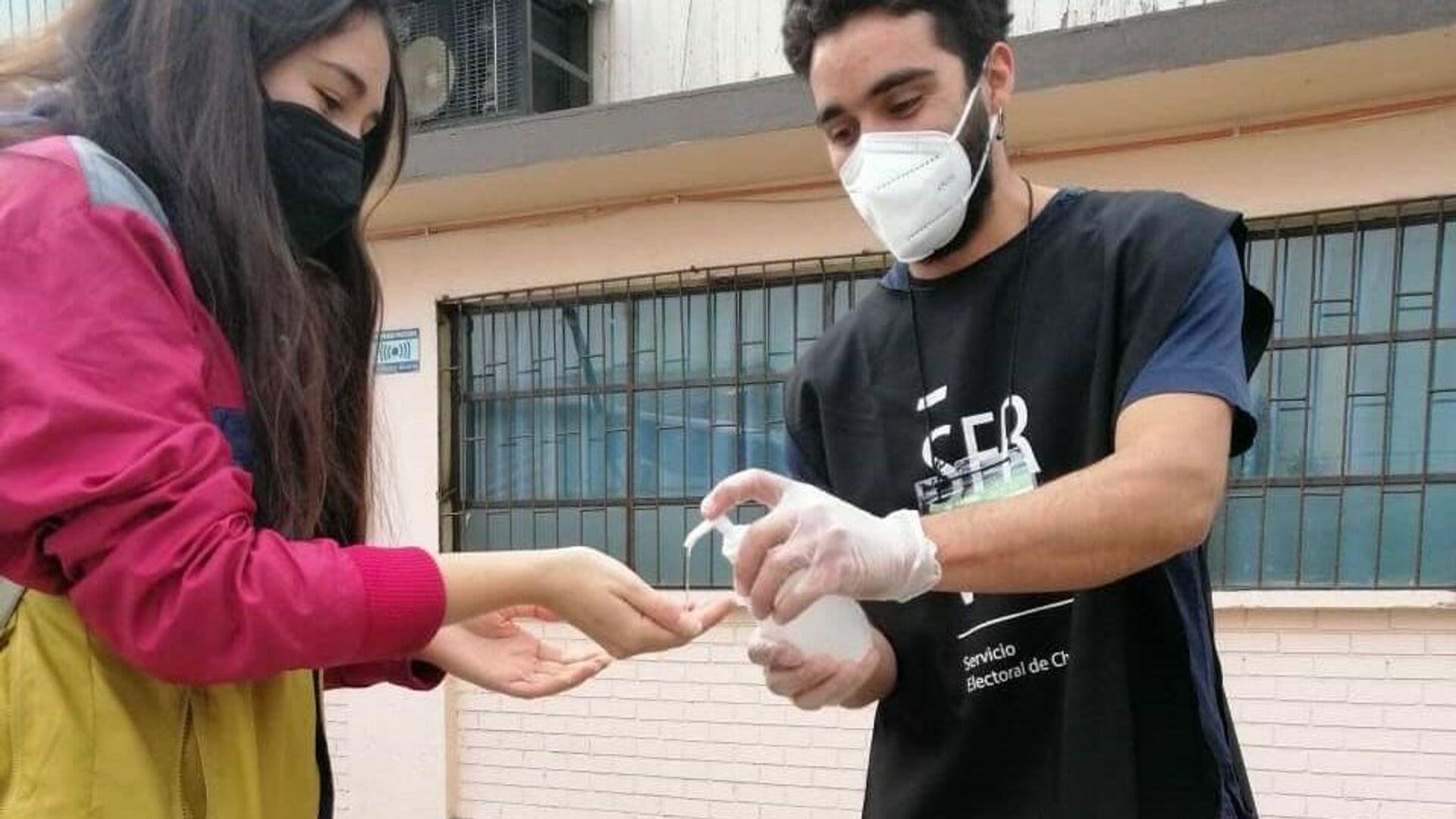 El protocolo de sanitización es estricto en los locales de votación en Chile. Mascarilla, alcohol gel y distanciamiento social para prevenir el COVID-19    - Sputnik Mundo, 1920, 20.07.2021