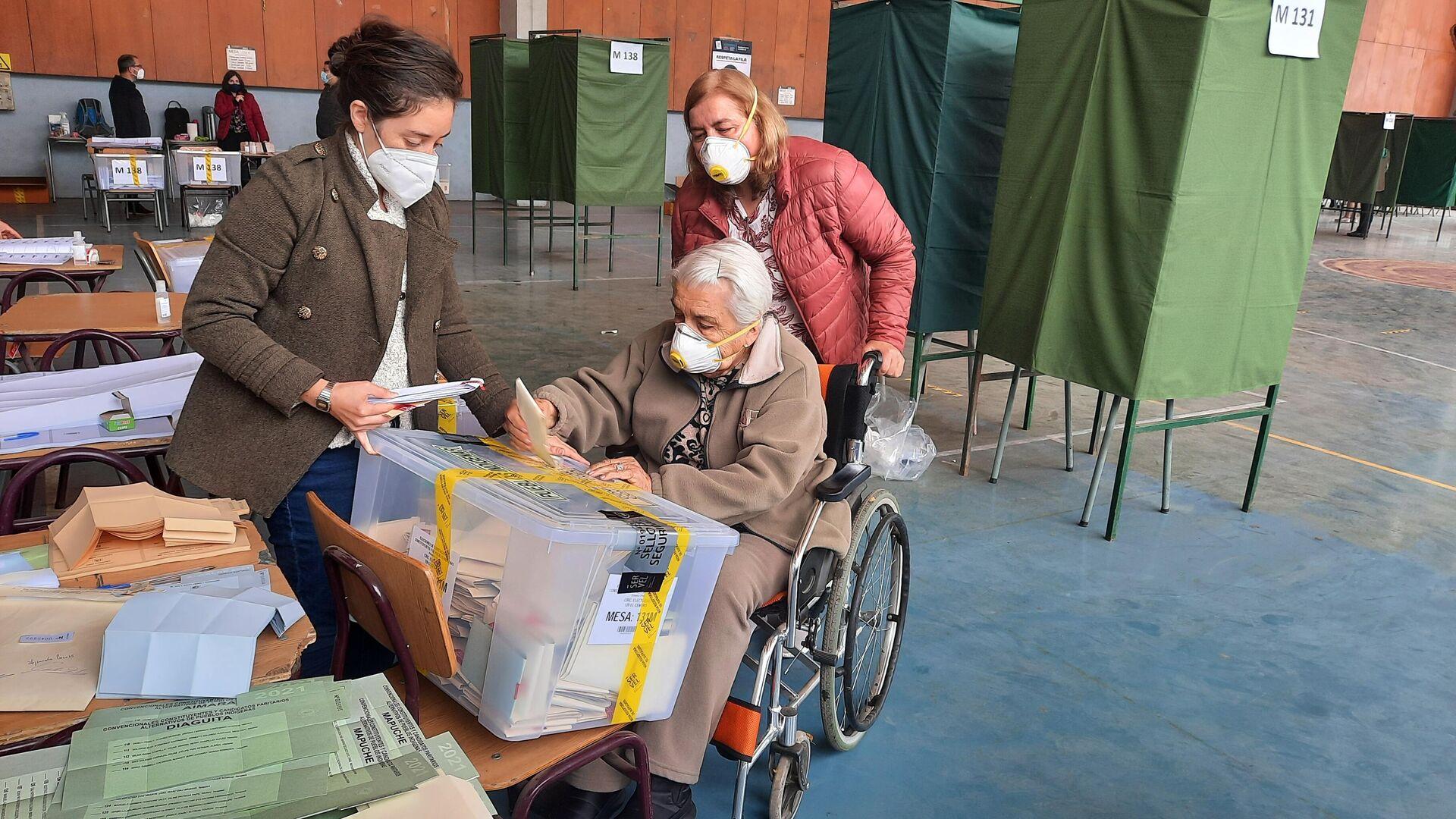 Eliana Barahona, de 92 años, vota en el Liceo de Aplicación - Sputnik Mundo, 1920, 17.05.2021