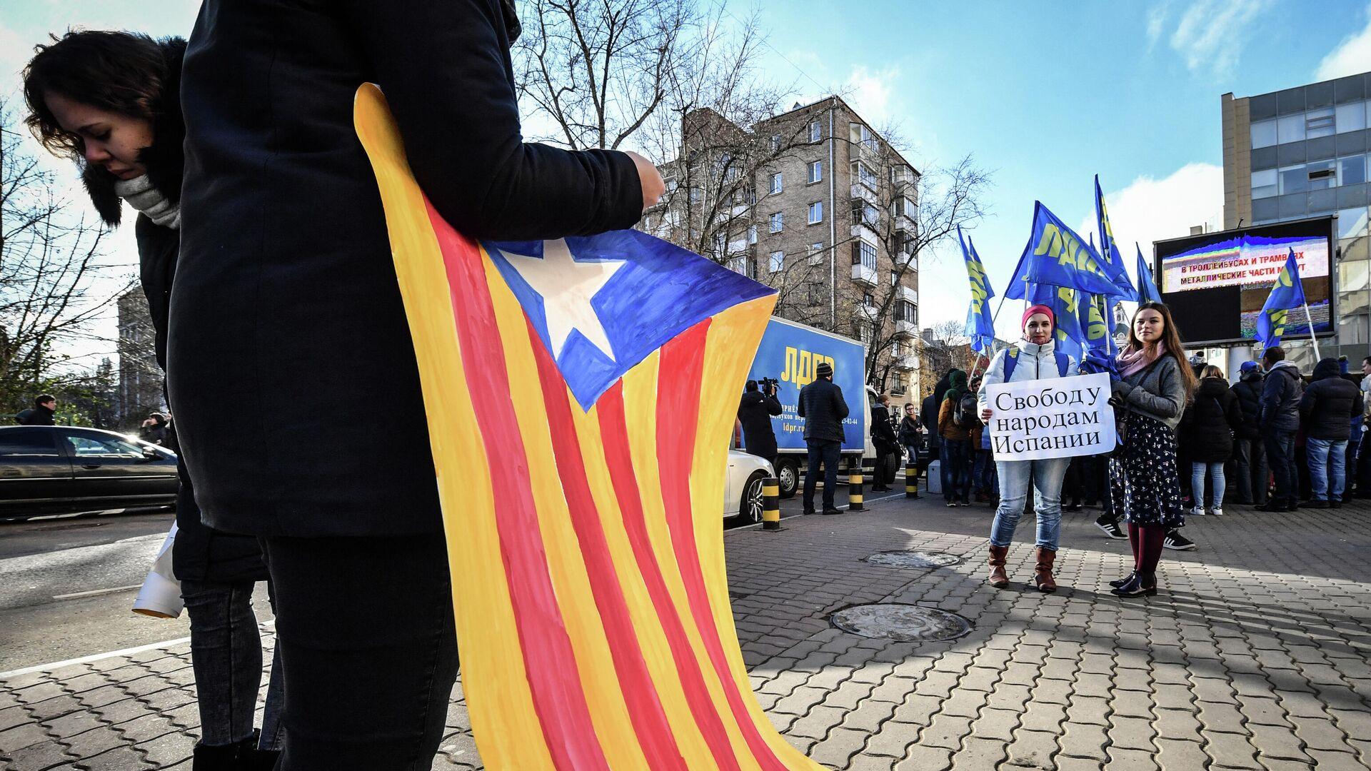 Un simpatizante del Partido Liberal Democrático de Rusia (LDPR) sostiene una bandera catalana independentista - Sputnik Mundo, 1920, 17.05.2021