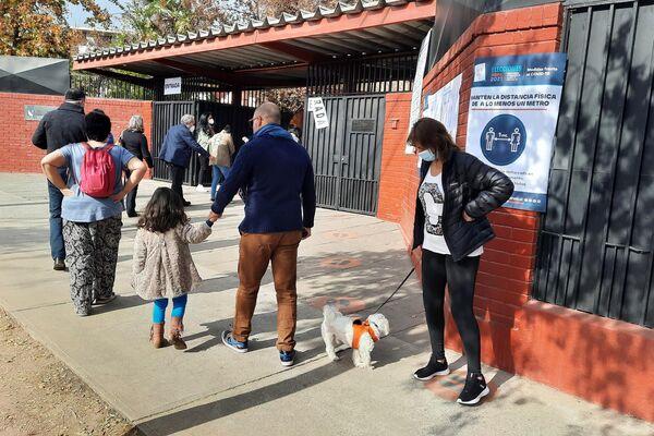 Una votante con su mascota - Sputnik Mundo