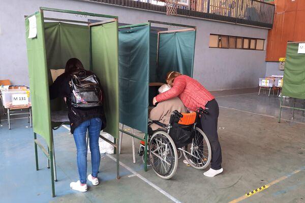 Voto asistido en el Liceo de Aplicación - Sputnik Mundo