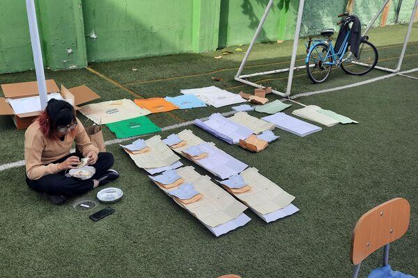 Vocal almuerza junto a votos en un colegio de la comuna de Ñuñoa - Sputnik Mundo