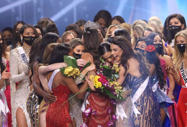 Andrea Meza recibió la corona de manos de su predecesora, Miss Universo 2019, la sudafricana Zozibini Tunzi. El concurso no se celebró en 2020 debido a la pandemia por COVID-19. - Sputnik Mundo