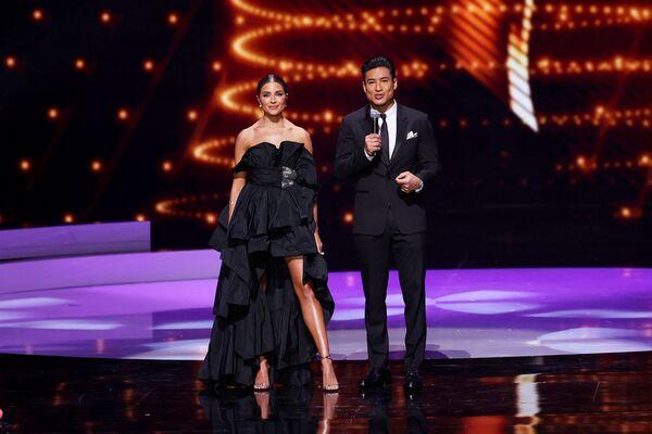 La modelo Olivia Culpo y el actor Mario López fueron los anfitriones durante el Miss Universo 2021. - Sputnik Mundo