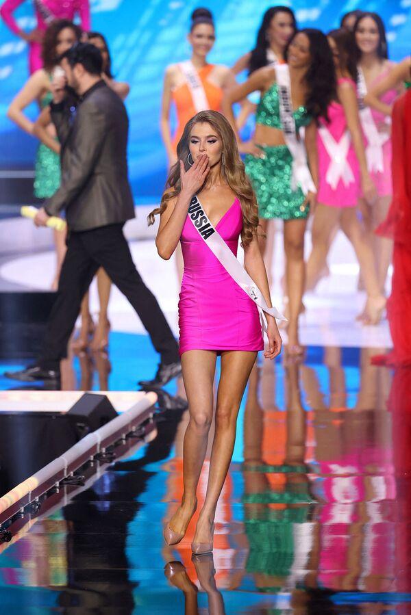 La representante de Rusia Alina Sanko desfiló junto a otras participantes durante el certamen de belleza, pero no llegó a las semifinales. - Sputnik Mundo