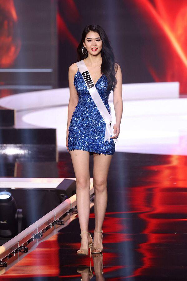 La participante de China Jiaxin Sun cruza durante su paso por la pasarela de Miss Universo 2021 en EEUU. - Sputnik Mundo