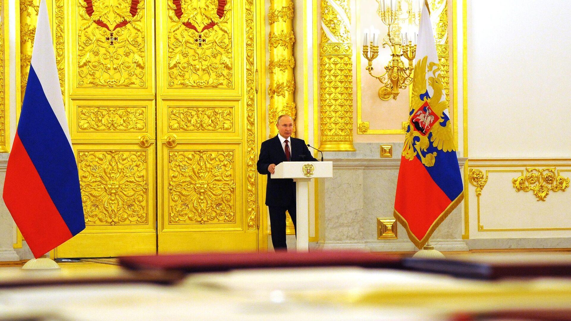 El presidente de Rusia, Vladímir Putin, en la ceremonia de entrega de cartas credenciales - Sputnik Mundo, 1920, 18.05.2021