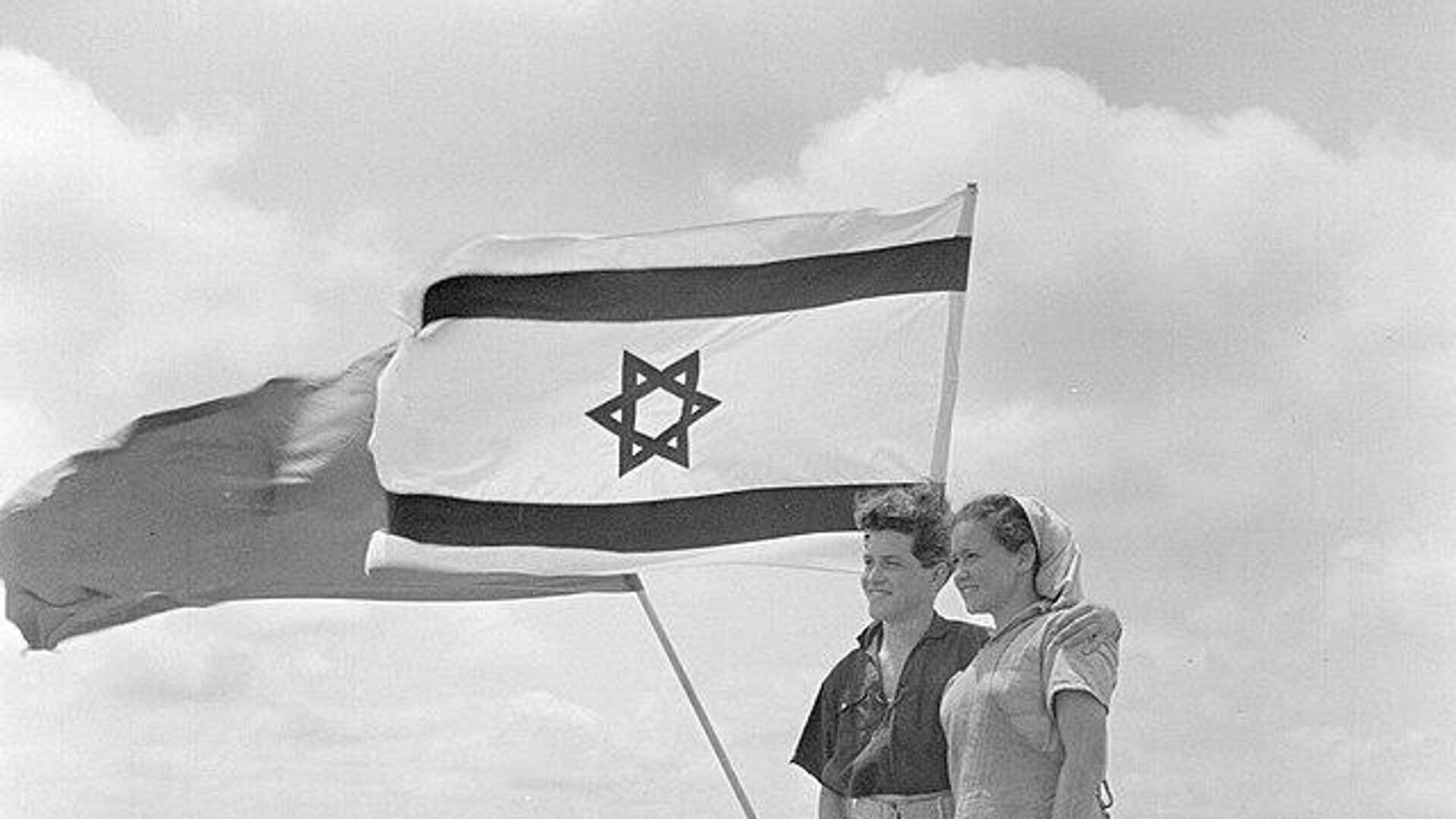 Jóvenes junto a la bandera de Israel - Sputnik Mundo, 1920, 18.05.2021