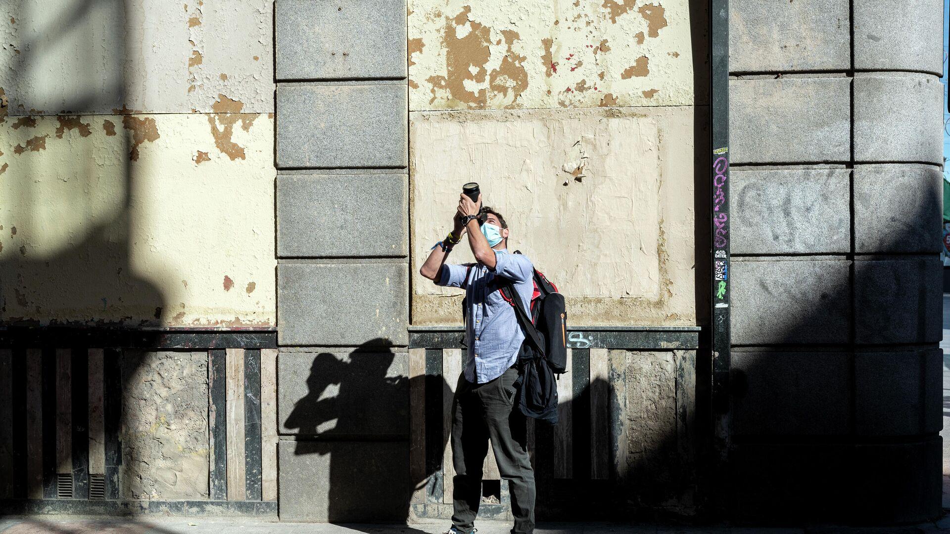 Alberto Menéndez tomando una fotografía cerca de la Plaza Mayor de Madrid - Sputnik Mundo, 1920, 18.05.2021