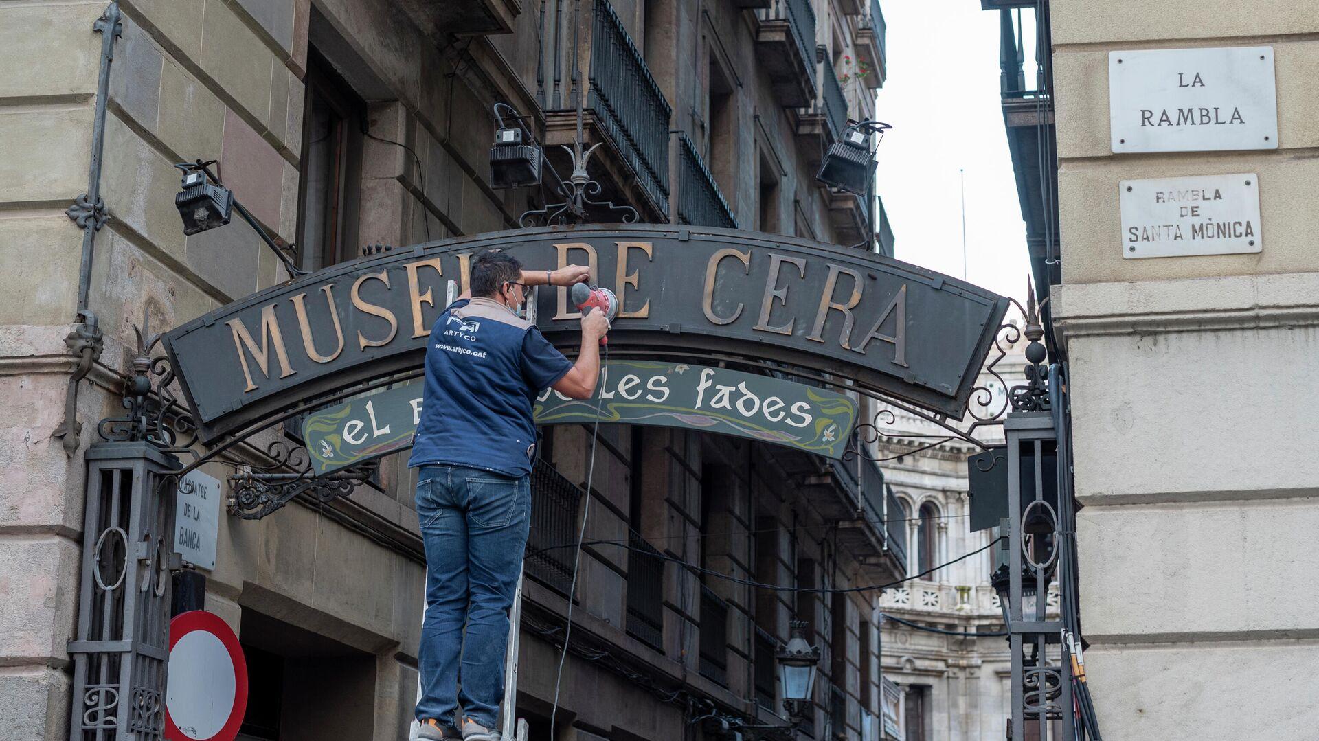 Operario trabajando en un cartel del Museo de Cera de Barcelona - Sputnik Mundo, 1920, 18.05.2021