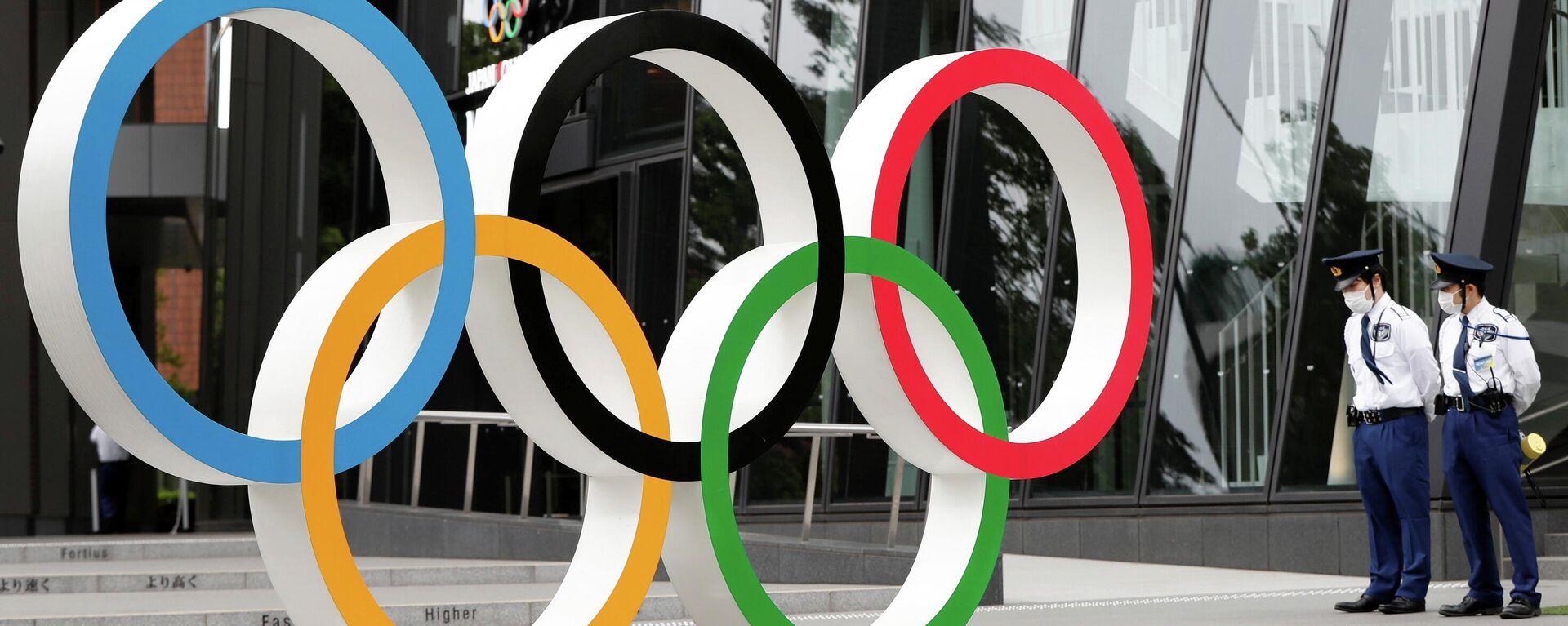 El monumento de los anillos olímpicos frente a la sede del Comité Olímpico Japonés en Tokio, Japón - Sputnik Mundo, 1920, 18.05.2021