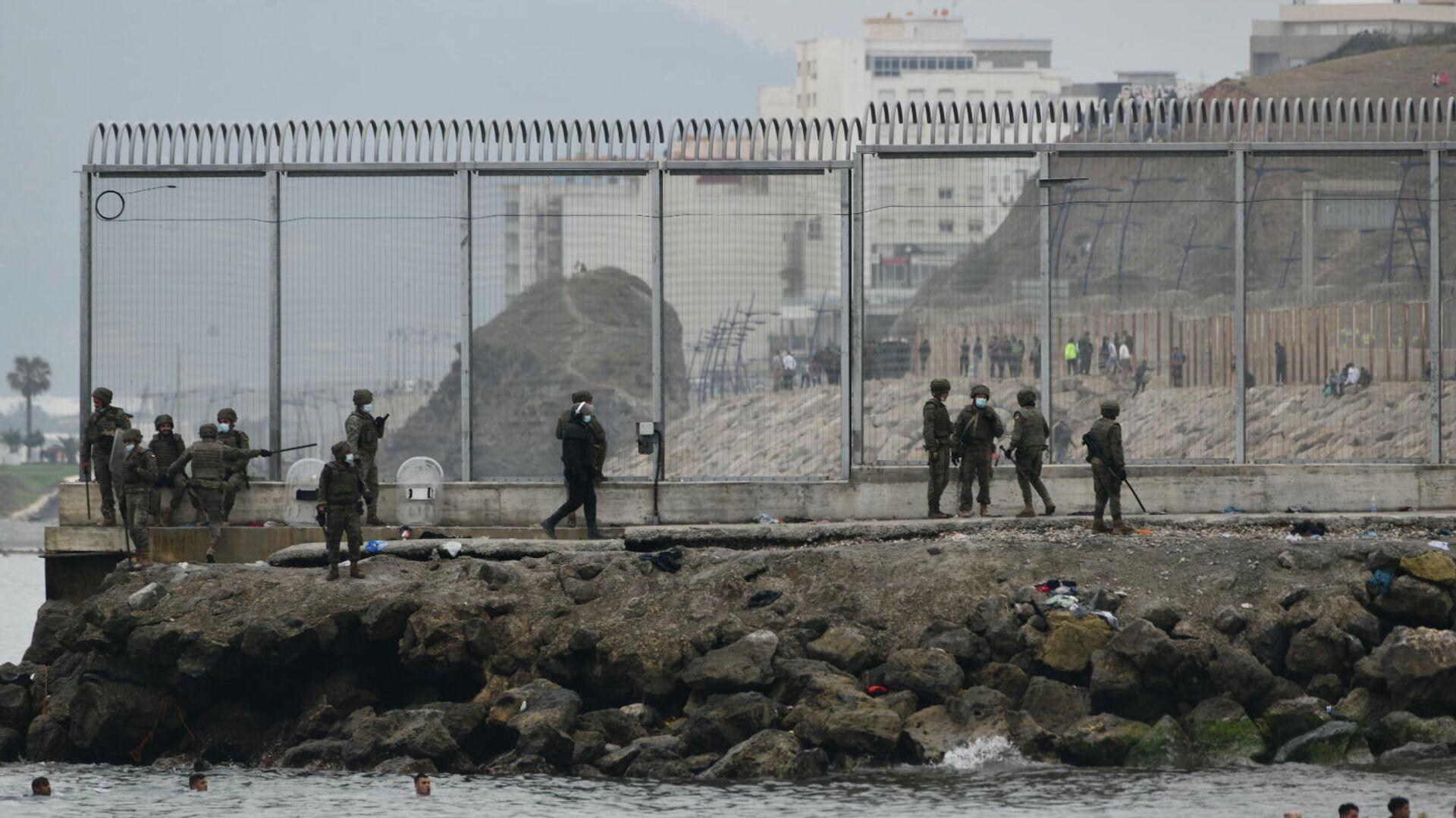 Varios militares del ejército español vigilan la frontera con Ceuta - Sputnik Mundo, 1920, 23.06.2021