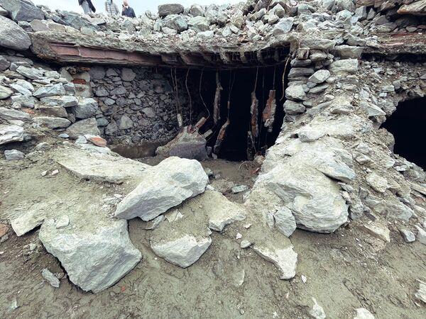 En las instantáneas del lugar es posible identificar paredes de piedra, escalones y sótanos erosionados por el agua.  - Sputnik Mundo