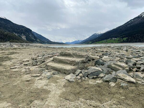 Ahora, el lago de Resia ha sido drenado temporalmente para realizar obras de reparación, lo que dejó expuestas las ruinas de la pequeña localidad en la frontera de Italia con Austria y Suiza, desaparecida décadas antes. - Sputnik Mundo