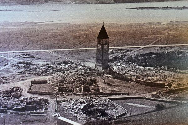 Para crear la planta hidroeléctrica en 1950, las autoridades locales tuvieron que fusionar dos lagos cercanos creando uno artificial entre ellos, el lago de Resia. - Sputnik Mundo
