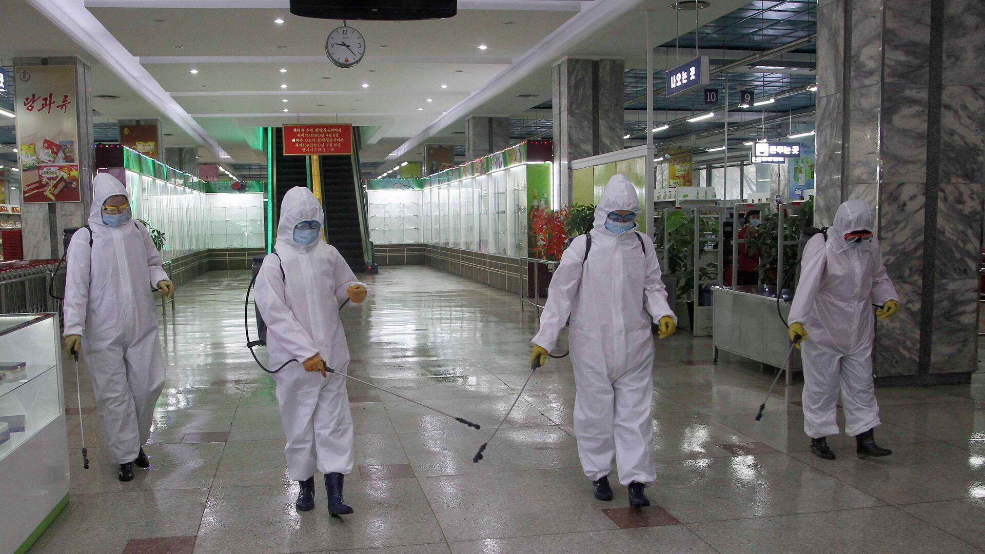 Las obras de desinfección en una tienda en Pyongyang - Sputnik Mundo, 1920, 19.05.2021