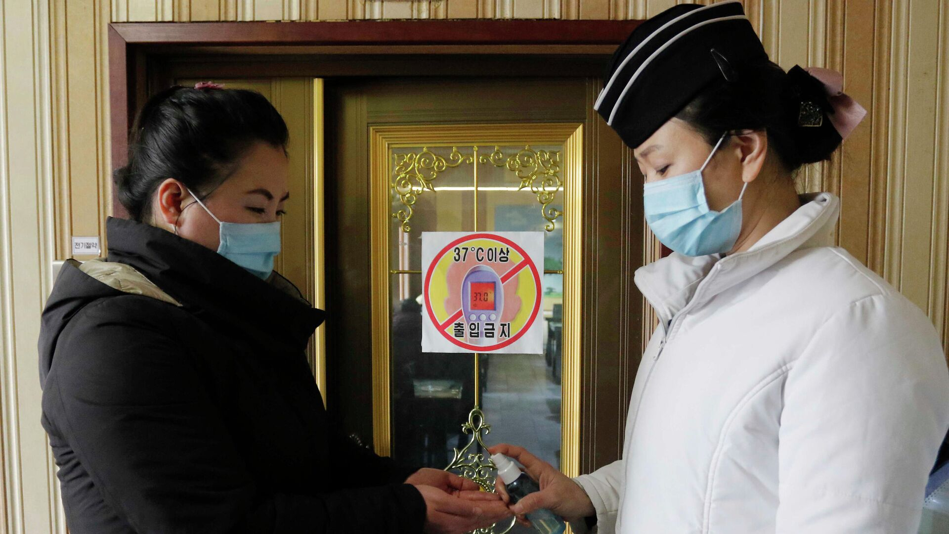 Empleada de un restaurante en Pyongyang desinfecta las manos de una clienta - Sputnik Mundo, 1920, 19.05.2021