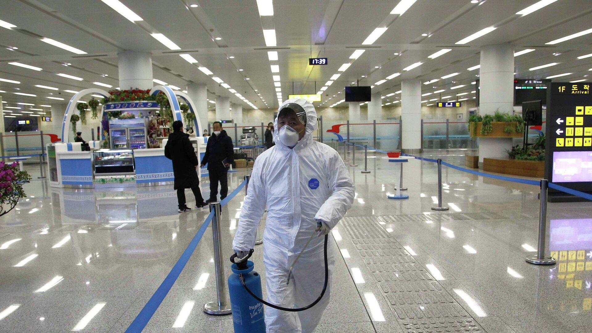 Un especialista durante las obras de desinfección en el aeropuerto de Pyongyang - Sputnik Mundo, 1920, 19.05.2021