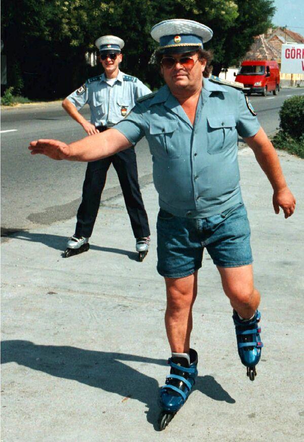 Con el tiempo, el índigo y el jarabe de maíz comenzaron a usarse como colorantes para los pantalones, lo que les dio un color azul y amplió significativamente el número de sus fans.En la foto: un policía húngaro en patines y pantalones cortos de mezclilla patrulla el tráfico en la ciudad de Hatvan, 1998. - Sputnik Mundo