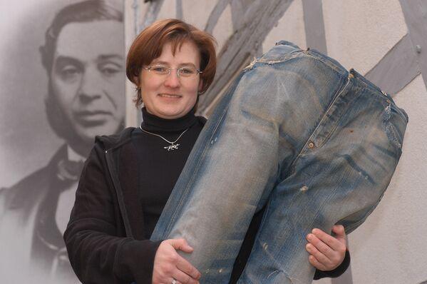 Después de que se agregaran remaches de latón a los pantalones para fortalecer los bolsillos, los vaqueros se hicieron muy populares en los estados occidentales de EEUU y luego en todo el país.En la foto: una réplica de los vaqueros más antiguos del mundo, los llamados jeans Nevada, en el Museo Levi Strauss en Buttenheim, Alemania.  - Sputnik Mundo