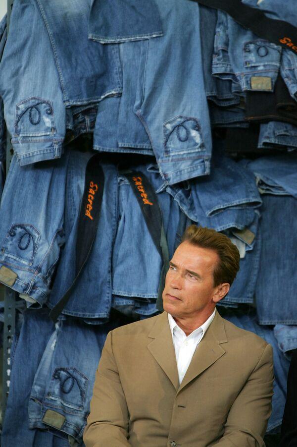 Después de la Segunda Guerra Mundial, gracias en gran medida al cine, los jeans se popularizaron en el mundo entero.En la foto: el entonces gobernador de California, el actor Arnold Schwarzenegger, en la fábrica de ropa Blue Cop en 2005. - Sputnik Mundo