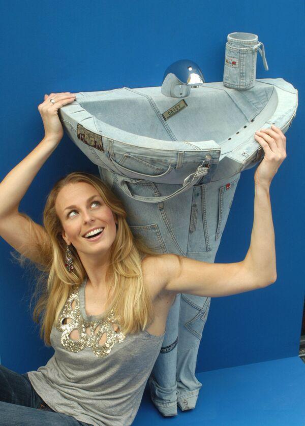 Los vaqueros con cremalleras en la parte delantera eran, al principio, una prenda de hombres. Cuando estos pantalones se usaban únicamente entre los trabajadores, los jeans para mujeres tenían cremalleras en los lados.En la foto: una modelo posa a lado de un fregadero en forma de jeans en una exposición de artículos sanitarios en Frankfurt, Alemania, 2005. - Sputnik Mundo