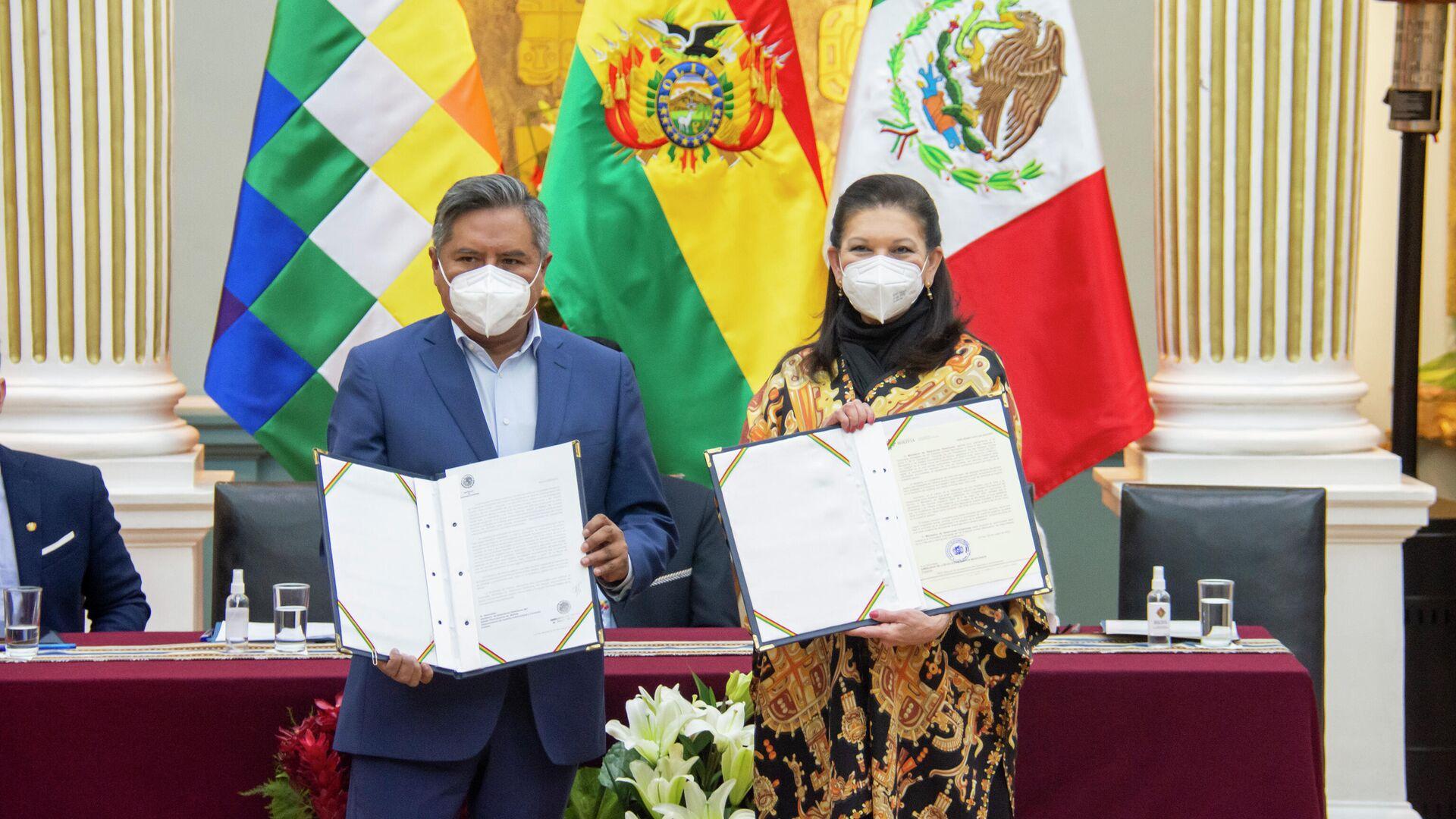 Ministro de Relaciones Exteriores de Bolivia, Rogelio Mayta, y la embajadora mexicana en Bolivia María Teresa Mercado - Sputnik Mundo, 1920, 20.05.2021